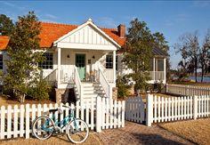 Keltainen talo rannalla: Väriä ja tyyliä lauantaille