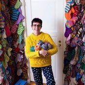 Ullamari Kinos on 60-vuotias opinto-ohjaaja, joka asuu Jyväskylässä miehensä ja ranskanbulldogi Stanleyn kanssa. Hän rentoutuu joka päivä neulomalla villasukkia perheelleen ja sukulaisilleen. Ne, joita Ullamari ei anna lahjaksi, hän kiinnittää seinälle viritettyyn kanaverkkoon. Leg Warmers, Dinosaur Stuffed Animal, Anna, Fashion, Moda, Fashion Styles, Fashion Illustrations, Fashion Models