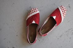 I Am Momma - Hear Me Roar: TOMS Shoe Makeover (I am not a mom though ,but this makeover is reallly smart)