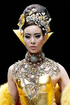 A-model-presents-a-creation-by-Chinese-designer-Guo-Pei-in-The-Arabian-1002th-Night-show-during-Fashion-Week-in-Singapore-on-October-16-2013-.jpg 600×900 pixels