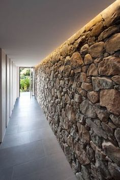 Brush rock wall Grand Designs Australia Byron Bay - Home Page Casa Do Rock, Grand Designs Australia, Stone Feature Wall, Stone Wall Design, Stone Interior, Interior Ideas, Stone Cladding, House On The Rock, Brick And Stone
