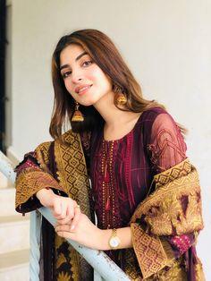 Simple Pakistani Dresses, Pakistani Girl, Pakistani Dress Design, Pakistani Actress, Pakistani Fashion Party Wear, Pakistani Outfits, Indian Fashion, Women's Fashion, Stylish Dress Designs
