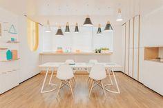 Décor do dia: sala branca com pendentes metalizados (Foto: Reprodução)