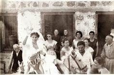 Γάμος στο Λιδωρίκι, 1962 .Η νύφη  φτάνοντας στο σπίτι του  γαμπρού  πετάει μήλα στους συγκεντρωμένους συγγενείς , φίλους και  γείτονες , απ' το  υφαντό  της  σακούλι , συμβολίζοντας , ίσως , τα  αγαθά που  προμηνάει  ο  ερχομός της στο  καινούργιο σπιτικό. Αρχείο  Γ.Καραστάθη