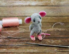 Bunny Crochet, Crochet Mouse, Crochet Doll Pattern, Crochet Patterns Amigurumi, Amigurumi Doll, Crochet Dolls, Knitting Patterns, Crochet Crafts, Crochet Projects