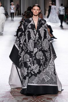 Givenchy Fall 2019 Couture Fashion Show Collection: See the complete Givenchy Fall 2019 Couture collection. Look 41 Haute Couture Looks, Style Couture, Haute Couture Fashion, Allure Couture, Fashion Week, Runway Fashion, High Fashion, Fashion Outfits, 3d Fashion