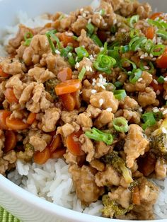 Teriyaki chicken rice bowls are a 30 minute dinner. Ground chicken, broccoli, and carrots simmer on the stove top in a delicious and simple teriyaki sauce. Teriyaki Chicken Rice Bowl, Chicken Rice Bowls, Canned Chicken, Teriyaki Sauce, Chicken Broccoli, Honey Chicken, Chicken Meals, Soy Sauce, Grilled Chicken