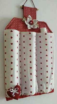 Billedresultat for porta rotoli tessuti na pečiaci papier Decorative and functional as well. Fabric Crafts, Sewing Crafts, Sewing Projects, Craft Projects, Couture Main, Diy Couture, Clothespin Bag, Diy Home Crafts, Sewing Hacks