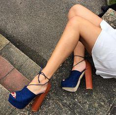 Summer T-Shaped Wood-Tone Buckle Block Suede Open Toe Heel Pump Sandals. Bling Shoes, Fancy Shoes, Pretty Shoes, Beautiful Shoes, Zara Fashion, Fashion Shoes, Pumps Heels, High Heels, Sneaker Boots