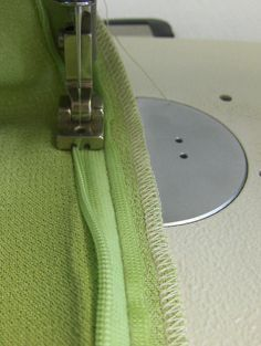 How to sew an invisible zipper into a partially sewn seam. uploaded this image to 'guardado'. See the album on Photobucket. I thought if you see this picture you can run to your sewing .Invisible zip correct this is the way that the end of the zip should Sewing Tools, Sewing Hacks, Sewing Tutorials, Sewing Crafts, Sewing Projects, Techniques Couture, Sewing Techniques, Sewing Stitches, Sewing Patterns