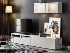 Combinación de almacenaje para TV con estantes y puertas de vidrio.