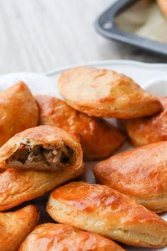 Pasteijat voi täyttää esimerkiksi jauheliha- tai munariisitäytteellä. Kurkkaa ohje! #leivonta #joululeivonta #pasteijat Pretzel Bites, Food And Drink, Bread, Brot, Baking, Breads, Buns