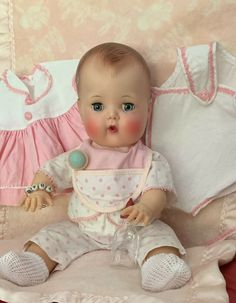 This sweet Tiny features a pristine high color face with sparkling blue sleep eyes, full brush lashes and rosy nurser mouth. Complete with white cotton booties, pink bracelet, and a blue & pink working rattle. 1970s Dolls, Old Dolls, Antique Dolls, Vintage Dolls, Doll Toys, Baby Dolls, Tiny Tears Doll, Porcelain Dolls Value, Effanbee Dolls