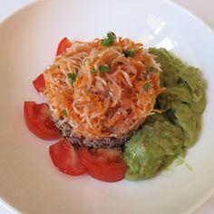 Karotten-Kohlrabi Rohkostsalat auf Quinoareis dazu Avocado
