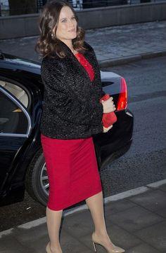 Moulée dans une élégante robe rouge, la princesse Sofia, née Hellqvist, enceinte de son premier enfant, affichait avec grâce son baby bump de future maman ce samedi, aux côtés de son mari le prince Carl Philip et de sa belle-mère la reine Silvia.