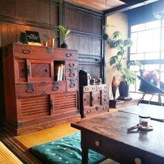 飴色に変化したアンティークの家具を並べて。グリーンや小物をディスプレイするとおしゃれにまとまりますね♪