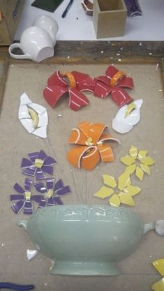 DIY - mosaico picassiette com louças e xícaras quebradas Mosaic Artwork, Mosaic Wall Art, Mosaic Glass, Mosaic Tiles, Glass Art, Mosaic Planters, Mosaic Flower Pots, Mosaic Garden, Mosaic Art Projects