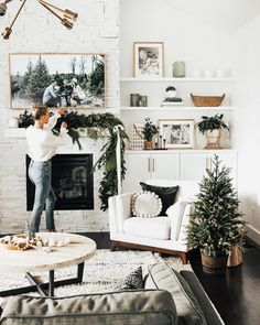 Minimal Holiday Decor + DIY Garland Artificial fir tree as Christmas decoration? An artificial Christmas Tree or perhaps a real one? Diy Girlande, Home And Deco, Christmas Home, Green Christmas, Seasonal Decor, Modern Holiday Decor, My Dream Home, Dream Life, Home And Living