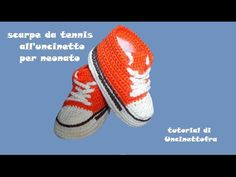 tutorial showing how to make tennis shoes .- tutorial che mostra come realizzare delle scarpine da tennis all'uncinetto per n… tutorial showing how to make crochet tennis shoes for newborns tutorial showing how to make crochet tenni Cute Baby Shoes, Baby Boy Shoes, Baby Boots, Bandeau Crochet, Diy Crochet, Baby Knitting Patterns, Crochet Patterns, Adidas Baby, Baby Converse