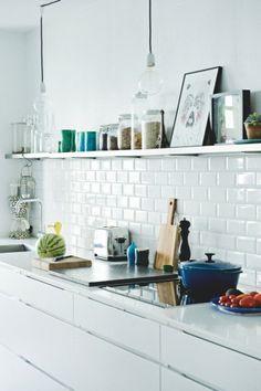 white kitchen with white tiles Foto: Pemille Kaalund