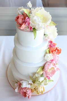 gâteau de marriage avec cascade de fleurs / wedding cake with flower cascade