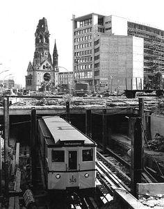 1958:U-Bahn Richtung Reichskanzlerplatz.Neugestaltung der Hardenbergstrasse mit dem U-Bahnhof Zoologischer Garten.