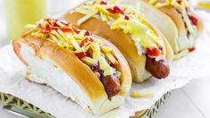 It's amazing how many versions of hot dogs there are. Depending on the country or even the city, we can find a variety of fillings. Today I bring you a Venezuelan version of this very popular food. In Venezuela, hot dogs are served with chopped onions, cabbage, crunchy skinny fries and all kinds of sauces, including corn sauce since it adds a unique and delicious touch. Enjoy!