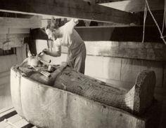 Howard Carter discovering the tomb of Tutenkhamen
