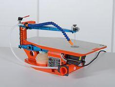 Tout ce qu'il faut savoir sur le fonctionnement d'une scie à chantourner avant de l'utiliser. Docking Station, Scroll Saw, Wooden Toys, Woodworking, Train, Tools, Diy, Automata, Questions