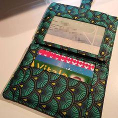 """Tout en Zig&Zag sur Instagram: Et voilà, Melle DE est ravie 😁 ! Son portefeuille est fini. Il vient compléter sa petite collection """"crocro"""" 😉. Portefeuille très pratique,…"""