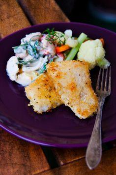 Gör hemmagjorda fiskpinnar med ägg- och bönsallad så vet du vad de innehåller. Med pankoströbröd får du krispiga och läckra fiskpinnar.