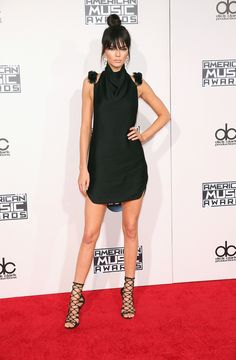 Vestido de Kendall Jenner no American Music Awards 2015 | Kendall's black dress look for the AMA's