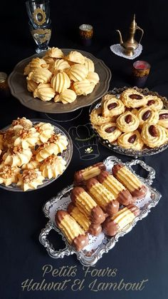 Petits Fours Halwat el Lambout Gourmandise Assia is part of Algerian recipes - Mini Desserts, Cookie Desserts, Cookie Recipes, Dessert Recipes, Biscotti Cookies, Yummy Cookies, Cake Cookies, Italian Christmas Cookies, Italian Cookies