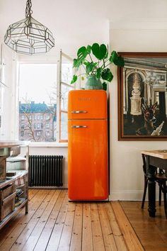 Colorful Kitchen Appliances: Are They for You? - Town & Country Living Orange Smeg Refrigerator in Boho Chic Kitchen Moderne Lofts, Casa Art Deco, Decoration Design, Cuisines Design, Country Kitchen, Country Living, Interior Design Kitchen, Kitchen Designs, Cheap Home Decor
