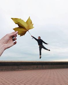 Forced Perspective Photography, Perspective Images, Photography Classes, Image Photography, Photo Illusion, Perfectly Timed Photos, Dynamic Poses, Op Art, Photo Manipulation