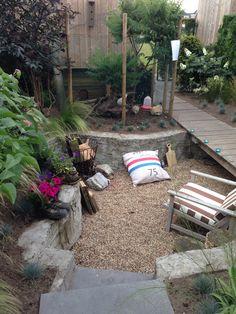 Achtertuin met overdekte zitkuil wintergroene beplanting en pergola van kastanjehout www - Creeren van een tuin allee ...