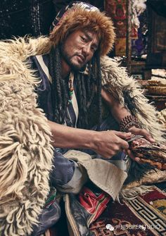 Tibetan Man Portraits for Elle Magazine by Yinchao We Are The World, People Around The World, Mongolia, Beautiful Men, Beautiful People, Hippie Men, Tibetan Art, Central Asia, Interesting Faces