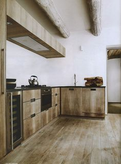 mi casa: Casa en Saint Tropez  ***Another view of sophisticated, tailored kitchen that looks a bit more rustic in this view****