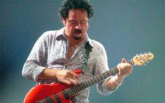 21 de octubre – Muchas de las canciones que te han acompañado en tu vida seguro que llevan las guitarras de Steve Lukather hoy cumple 57 años