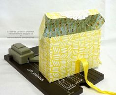 Stampin' Up With Sabrina: New Gift Bag Punch Board! Box version with open flap. For inspiration, I love this idea. Gift Bag Punch Board, Envelope Punch Board, Envelope Maker, Boxes And Bows, Craft Punches, Stampin Up Catalog, Stamping Up, Paper Gifts, Stampin Up Cards