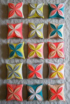 Flower Sachets Corinnes Thread: Felt Flower Sachets - Knitting Crochet Sewing Crafts Patterns and Ideas! - Purl SohoCorinnes Thread: Felt Flower Sachets - Knitting Crochet Sewing Crafts Patterns and Ideas! Purl Bee, Sewing Crafts, Sewing Projects, Craft Projects, Sewing Diy, Felt Crafts, Diy And Crafts, Felt Flower Pillow, Diy Fleur