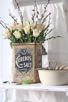 背が高い缶は、長い枝と花を合わせるとバランスが良いです。