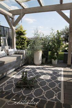 Auszeit auf der Terrasse - CreativLIVE Porch Veranda, Cluster, Pergola, Diy Crafts, Patio, Outdoor Decor, Home Decor, Pretty Lights, Outdoor Carpet