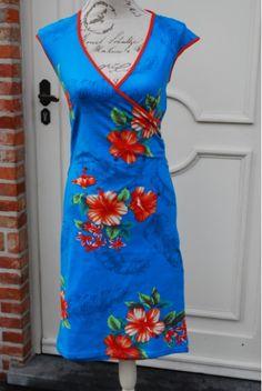 Kleding :: Hemelsblauwe bloemenjurk in lichte A-lijn - Lien en Giel -