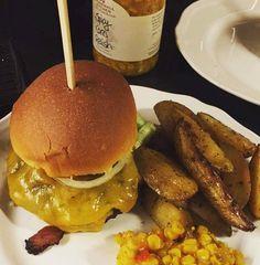 Hjemmelaget hamburger med cheddar ovnsbakte poteter og maisrelish fra Stonewall Kitchen  #hamburger #helgemat #oluflorentzen #spicycornrelish #relish #stonewallkitchen #stickyfingers @sticky_fingers_official @stonewallkitchen #godtno av oluf_lorentzen http://ift.tt/1PXBuuK