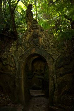 The William Ricketts Sanctuary, in Australia, is a place of beauty and tranquility, due to the natural setting and the mystical sculptures half hidden among ferns along enchanting pathways.