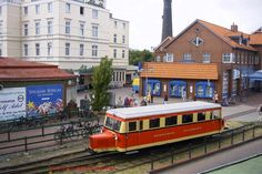 Triebwagen T1 der Borkumer Kleinbahn. Ein Wismarer Schweineschnäuzchen, das 1940 bei der Waggonfabrik Wismar unter der F.Nr. 21145 für die Borkumer Kleinbahn gebaut wurde. Borkum-Dorfbahnhof 20.06.2003