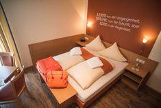 Gästehaus Zehmerhof in Walpertskirchen: Bewertungen und Verfügbarkeiten - LandReise.de Beste Hotels, Sofa, Couch, Top Hotels, At The Hotel, Modern Room, Free Wifi, Hotel Reviews, Wonderful Places