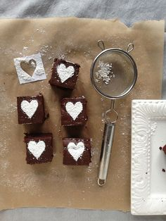Valentines brownies with a very cute icing sugared heart on the top for a simple but effective finish! Brownie Packaging, Bakery Packaging, Packaging Boxes, Gift Packaging, Decorated Brownies, Delicious Desserts, Dessert Recipes, Valentines Food, Chocolate Brownies