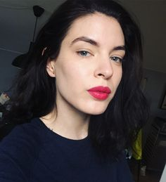 823 отметок «Нравится», 7 комментариев — Viola Holmgren (@killercolours) в Instagram: «The lip was The Body Shop Matte Lip Liquid in Tahiti Hibiscus by the way 🌺🌺🌺 #fotd»